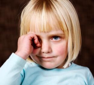 У ребенка красное под глазами: причины и что делать