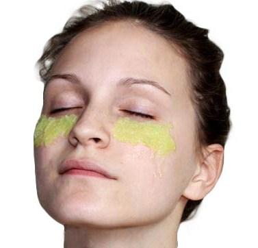 Многие женщины хвалят огуречную маску для глаз
