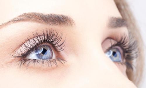 Первые морщинки вокруг глаз могут появиться очень рано