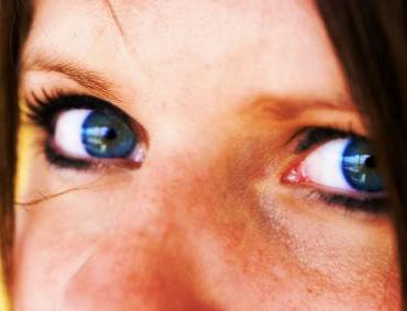 под глазами белые точки фото