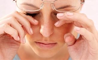 женщина трет глаза