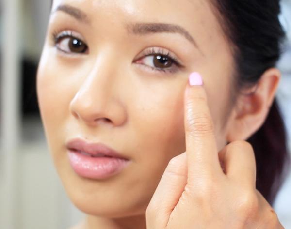 С ваш безымянный палец, нежно нажмите на продукт под глаза и под бровь.