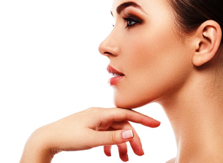Как ухаживать за кожей вокруг глаз в 20-25 лет?