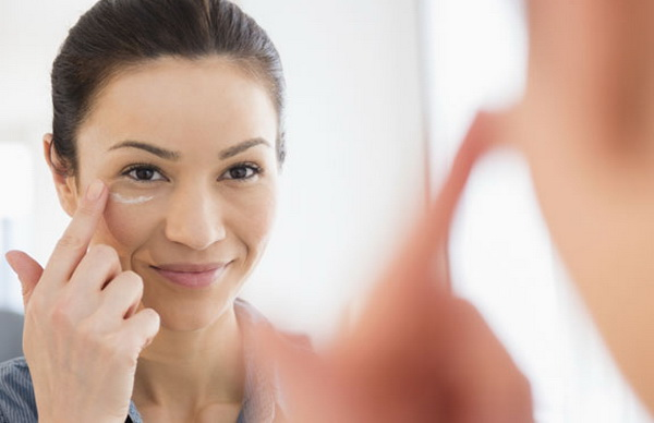 как правильно наносить крем вокруг глаз