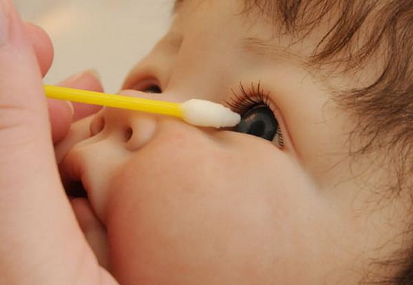 как достать ресницу из глаза у ребенка