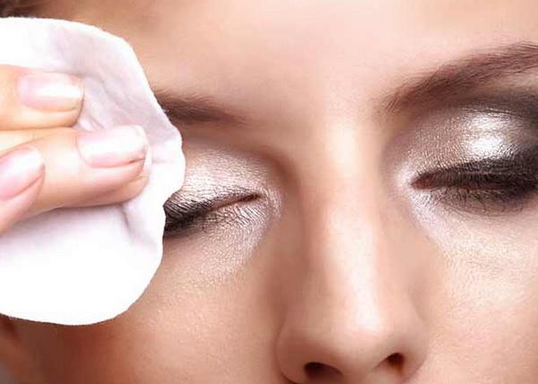 как снять макияж с глаз