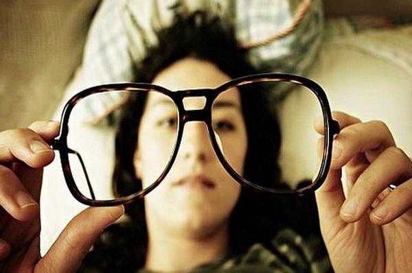 У девушки плохое зрение