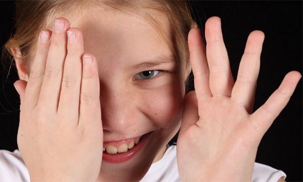 Девочка прячется