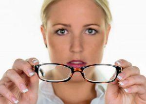 Девушка снимает очки
