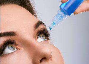 Женщина капает лекарство в глаза