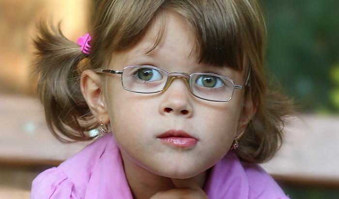 Девочка с нарушением зрения