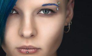 Синие брови с пирсингом