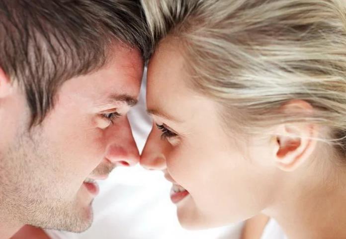 Если мужчина смотрит в глаза женщине — о чём это говорит?